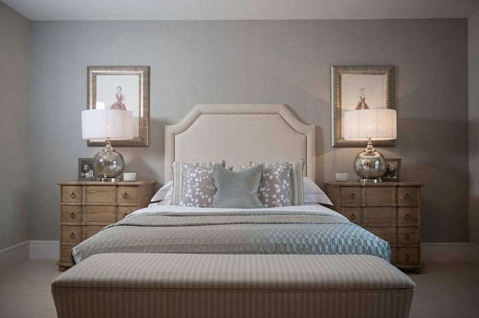 Гармонично оформлен интерьер комнаты для сна, светлые тона, мягкие линии, минимум мебели и максимум порядка.