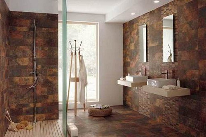 Хороший вариант декорировать стены в душевой в темно-коричневых тонах - стильное и практичное решение.
