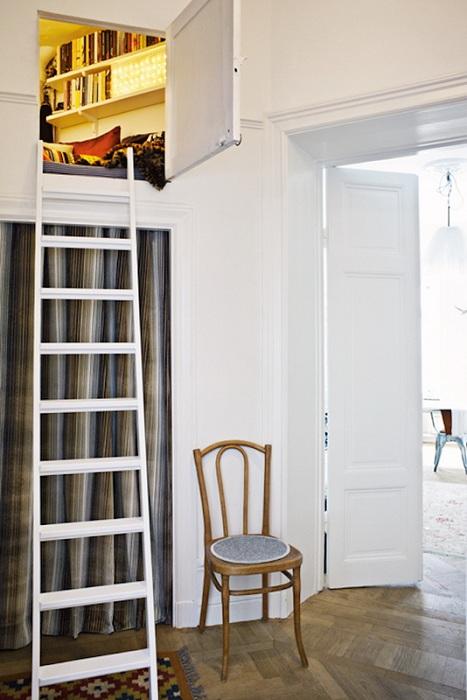 Интересное место оборудовано на высоте специально для чтения книг и уединения.