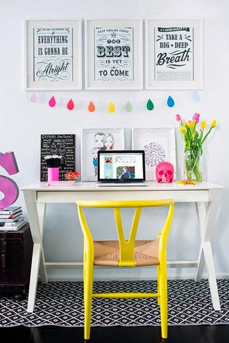 Рабочее место дома дополнено яркими элементами декора.