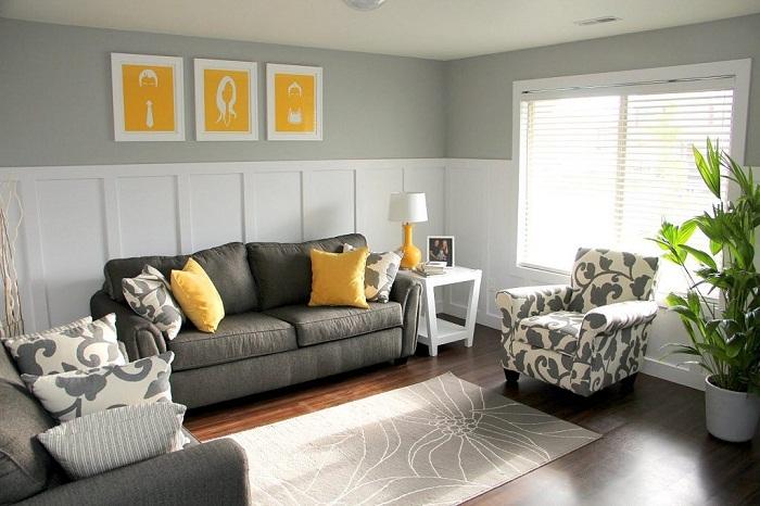 Отлично декорировать небольшую по площади гостиную возможно благодаря серо-желтой цветовой гамме.