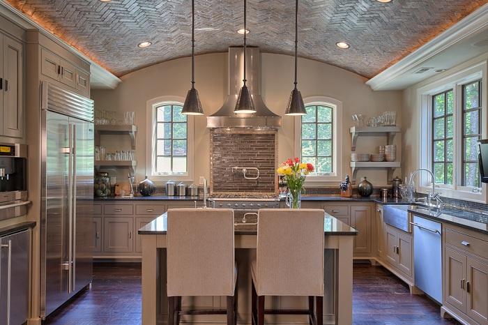 Интересное оформление потолка на кухне плиткой добавит особенной домашней атмосферы.