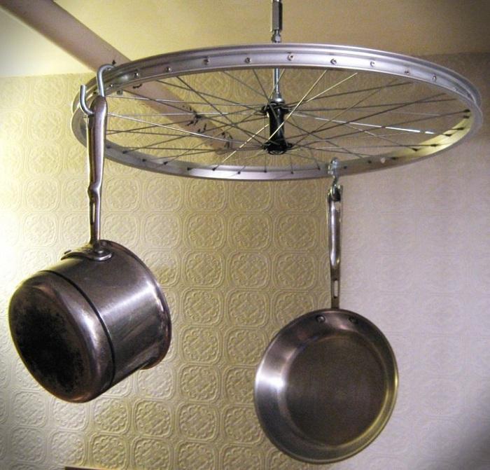 Хороший вариант - прекрасный и удобный держатель для кухонных принадлежностей подойдет для любой кухни.