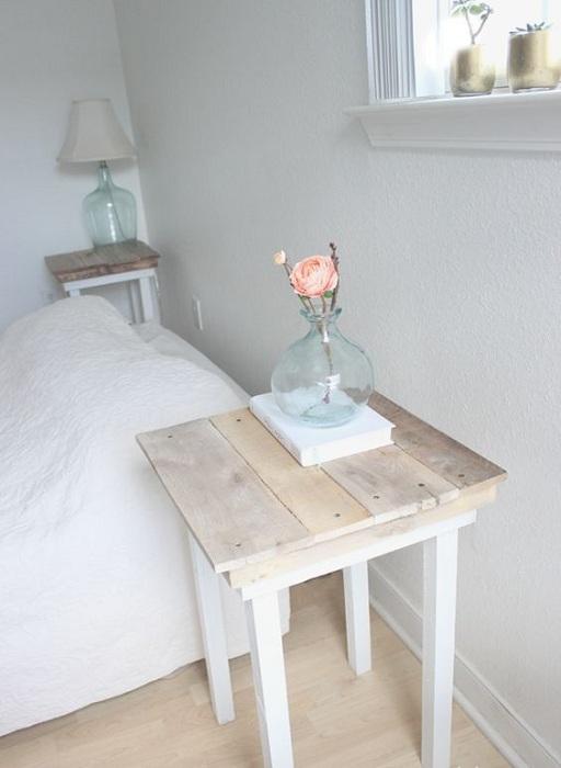 Отличный вариант оформления мини-столешницы у кровати в обычном и простом стиле.