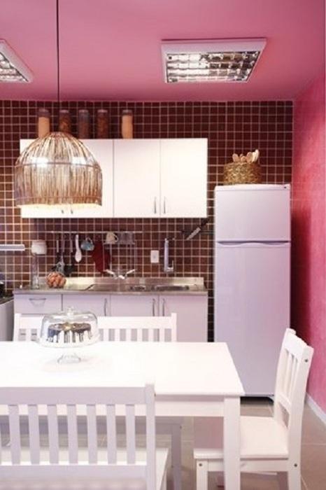 Симпатичный интерьер в бело-розовых тонах, что выглядит очень нежно и практично.