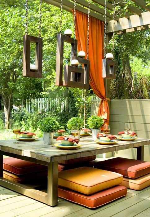 Приятное место для открытого обеденного стола, который очень органично смотрится на природе.