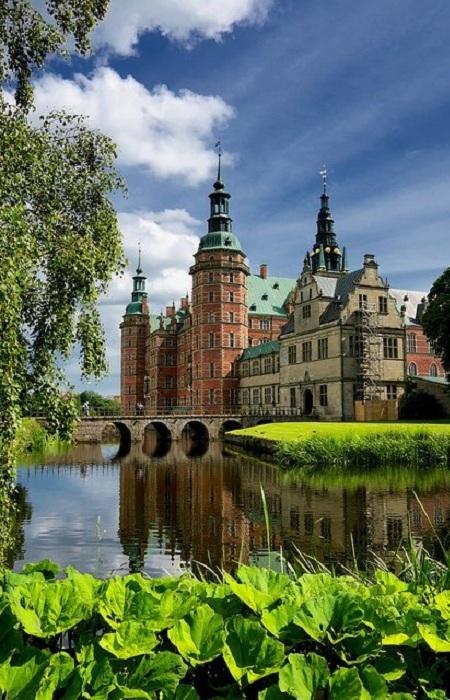 Замок Фредериксборг - расположен в городке Хиллерёд в Дании. Замок был построен для короля Кристиана IV и в настоящее время действует как Музей национальной истории.
