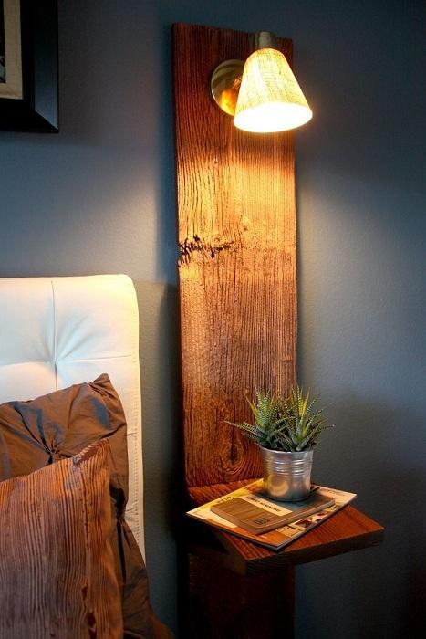 Нестандартная форма деревянной тумбы с прилегающий к стене деревянной панели.