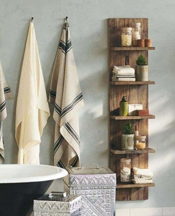 Удобные небольшие деревянные стеллажи, то что просто и со вкусом организует пространство в ванной комнате.