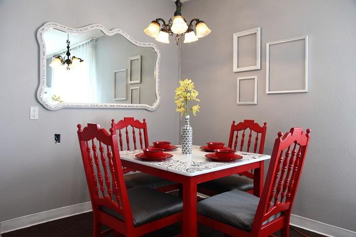 Столовая в серо-красных тонах выглядит очень ярко и стильно одновременно.