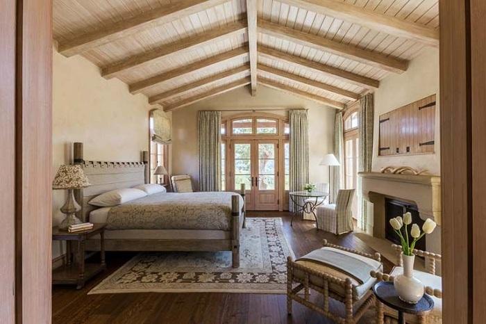 Интересный деревянный потолок спальни создает еще более теплую и комфортную обстановку.