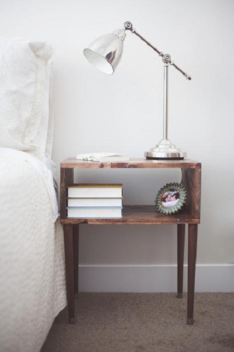 Интересная деревянная прикроватная тумба создана и оформлена в современном стиле.