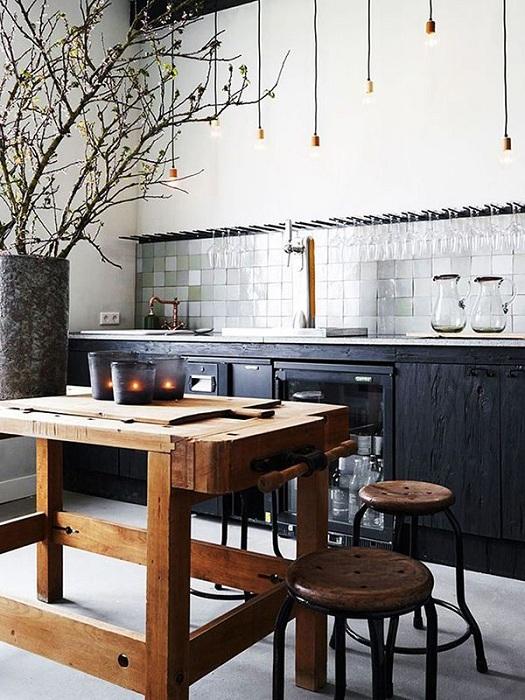 Очень незабываемый деревянный стол и стулья, порадуют глаз и создадут свою атмосферу на кухне.