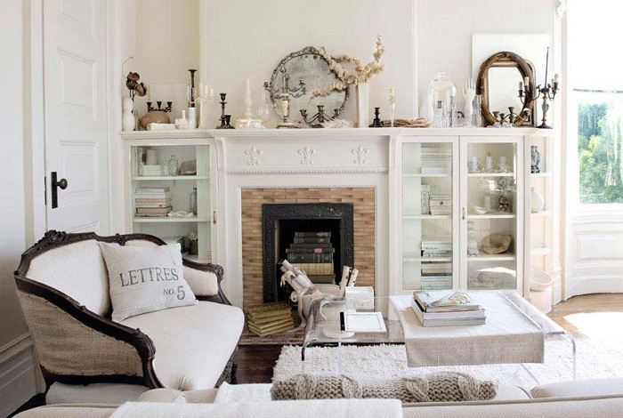 Белоснежная гостиная со старинным камином в Викторианском стиле.