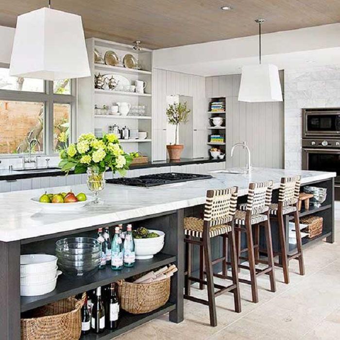 Удачный вариант создать плетеные стулья на кухне, что создаст своеобразную атмосферу.