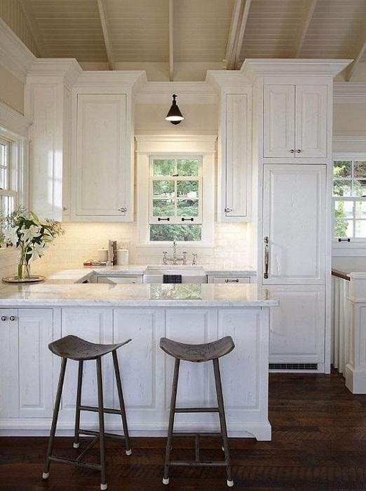 Расширить пространство мини-кухни возможно благодаря светлым тонам и креативным стульям.