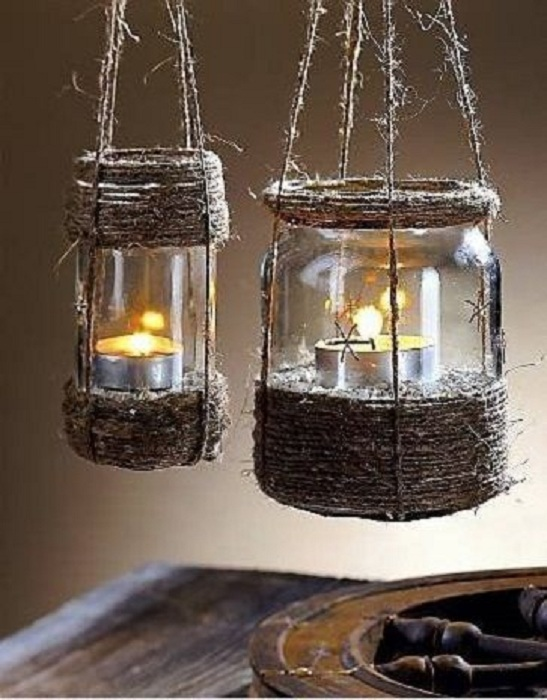 Красивые фонарики своими руками выполнены из баночек для украшения сада.