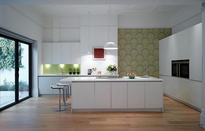 Шикарная ультрасовременная кухня с белой мебелью.