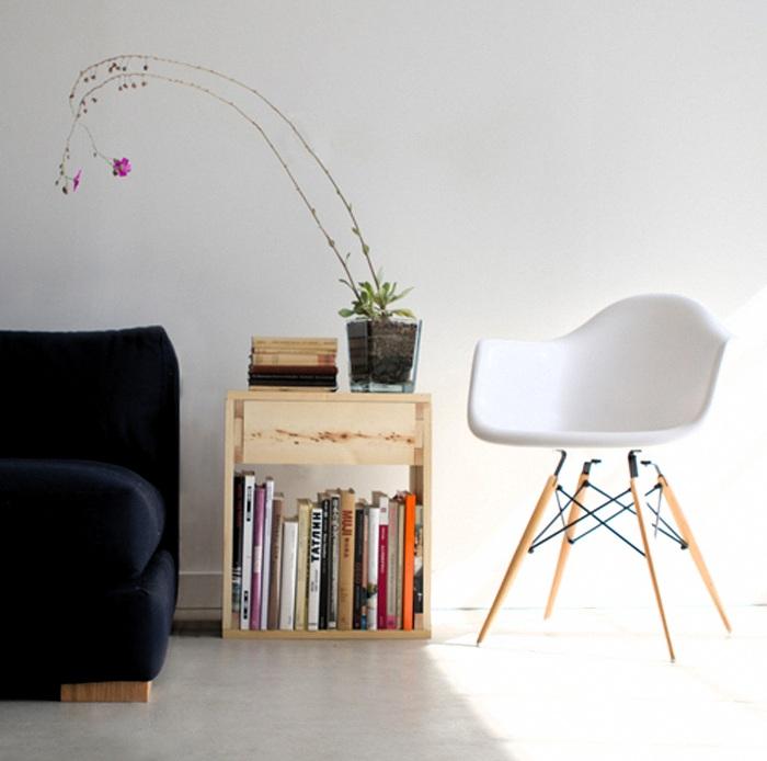 Столик, ящичек и книжная полочка - три в одном. Универсальное сочетание позволяет максимально эффективно использовать пространство комнаты.