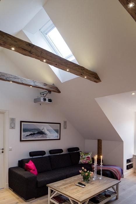 Безумно крутой интерьер гостиной в контрастных тонах, что выглядит очень стильно и оригинально.