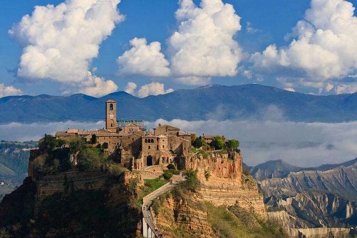 Чивита ди Баньореджо – средневековый город-замок, имеющий живописнейшее местонахождение, располагается на вершине холма между долинами, попасть туда можно только по пешеходному мосту.