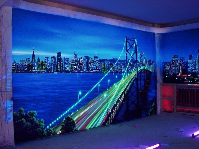 Интересный мост с невероятным видом на город - украшают стену.