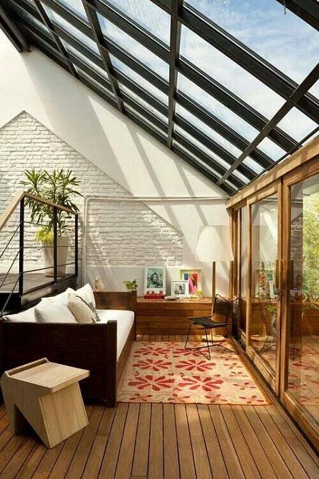 Интерьер гостиной, которая расположилась под чердаком выглядит очень красиво и практично.