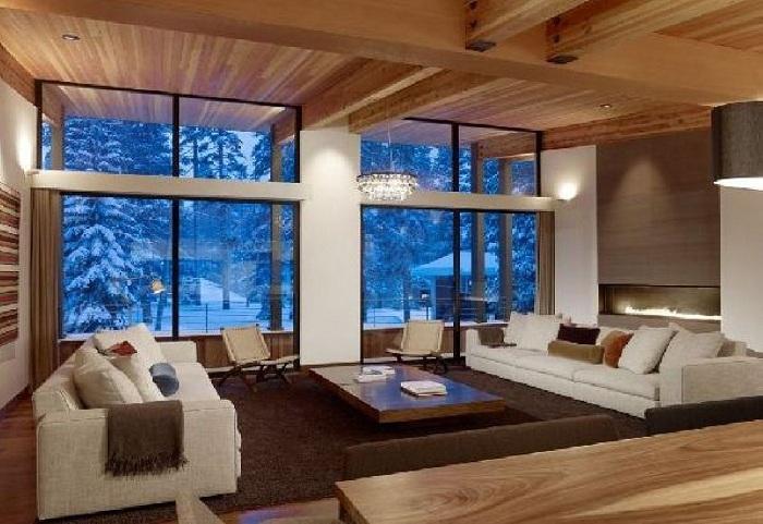 На улице настоящая зимняя погода со снегом, а в спальне тепло и уютно.