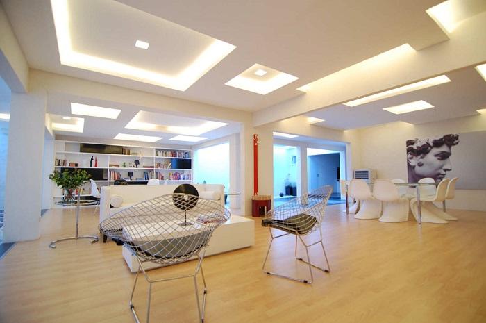 Оригинальный вариант оформления потолка в светящихся интересных квадратах разных уровней и размеров.