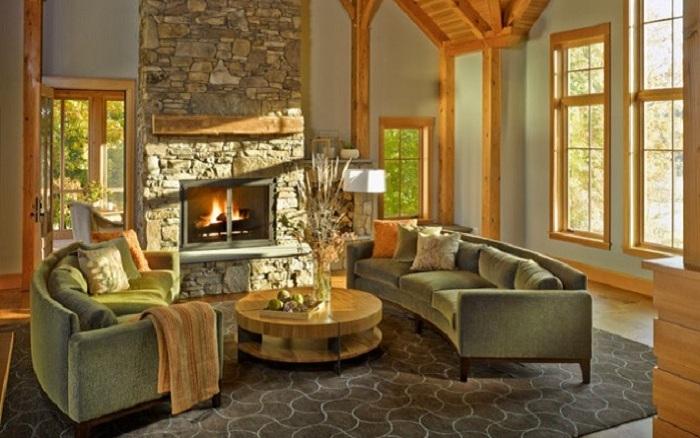 Уютная комната с каменным полом и камином и деревянной отделкой.