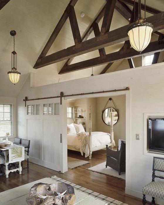Отличный дизайн спальной с интересным интерьером в светлых тонах.