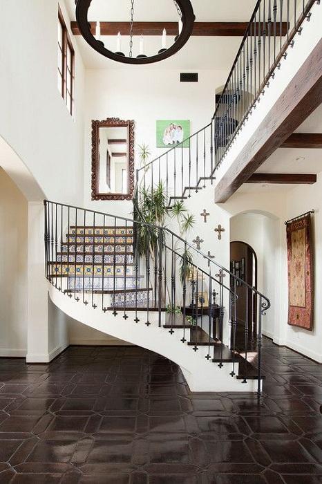 Интересная обстановка в доме дополнена лестницей с прекрасным орнаментом для придания уютной атмосферы.