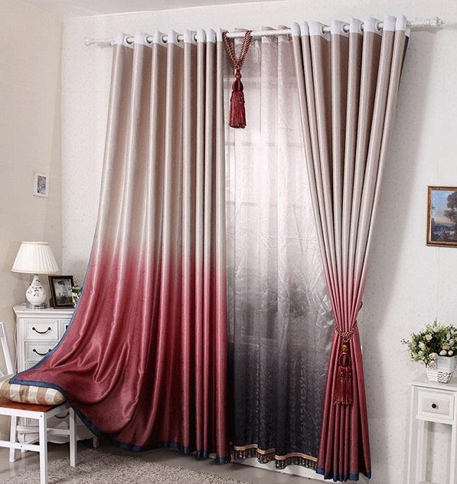 Текстура шторы шелковистая и гладкая, а особенность - игра цвета.