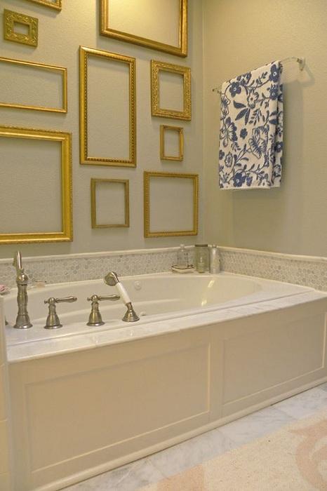 Золотистые рамки в ванной интересно смотрятся на стенах и инкрустируют интерьер.