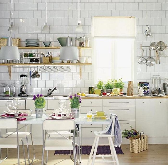 Прекрасный и один из самых лучших вариантов оформления стены на кухне с отменными деталями.