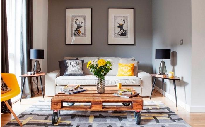 Шикарный стол, который украсит интерьер комнаты.