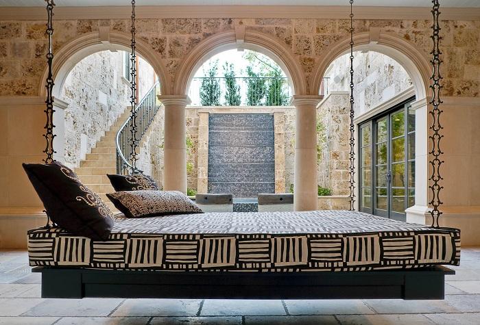 Подвесная кровать - это прекрасная возможность создать уютную обстановку.