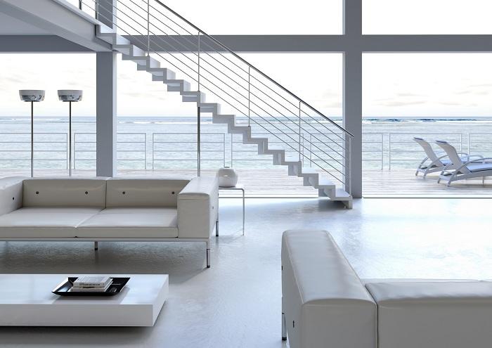 Белоснежная комната с необычными дизайнерскими решениями и лестницей в Средиземноморском стиле.