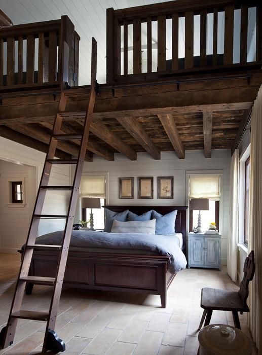 Симпатичное оформление спальни с лестницей на второй этаж.