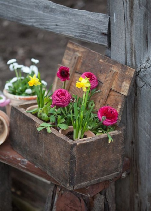 Простой и интересный вариант создания кашпо, которые непременно украсит любой сад.