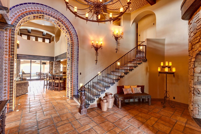 Уютный дом с каменной кладкой и красивой лестницей в Средиземноморском стиле.