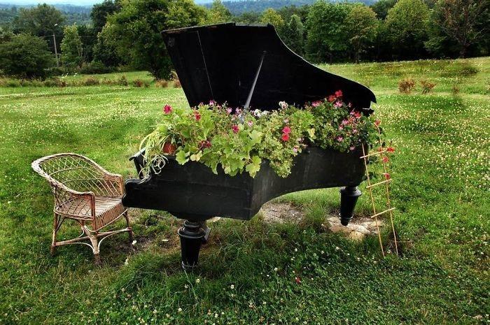 Цветочная обитель размещена прям под крышкой старинного рояля.