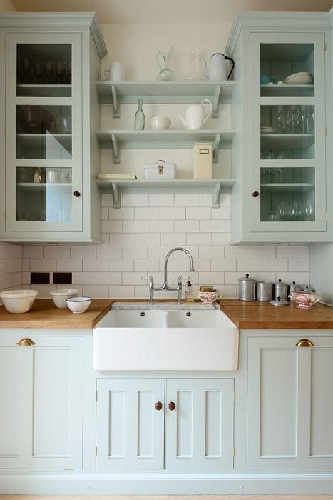 Отличный интерьер мини-кухни с очень симпатичными столешницами и красивой раковиной.