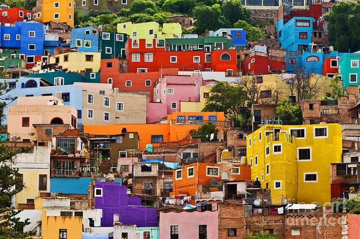 Сегодняшний Гуанахуато  — это десятки прелестнейших площадей, соединенных между собой узкими разноцветными улочками, причем слово «разноцветными» здесь ключевое.