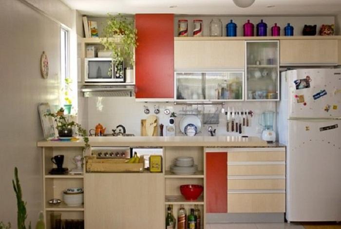 Интерьер кухни в красно-бежевых тонах, что понравится и преобразит комнату.