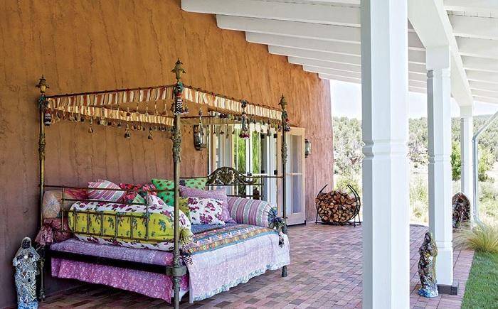 Отменный вариант создать и облагородить диван на открытом воздухе в ярких цветах, что будет очень интересным вариантом декора.