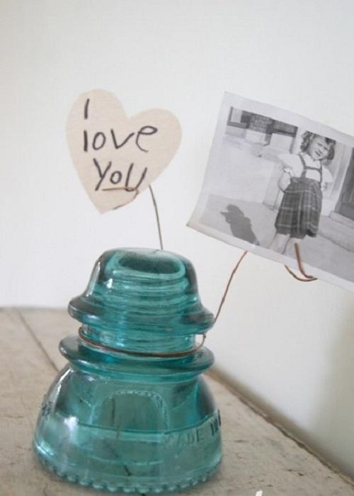Милая подставка для фотографий из старинного электрического изолятора - креативное решение.