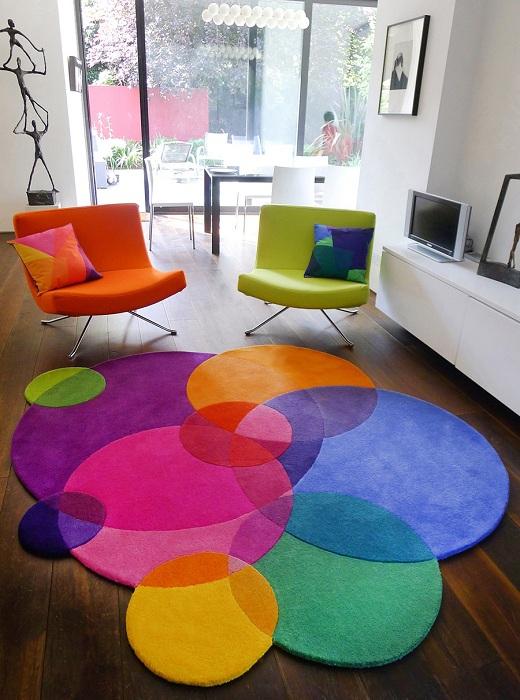 Радужные стулья и ковер - яркие акценты в интерьере.