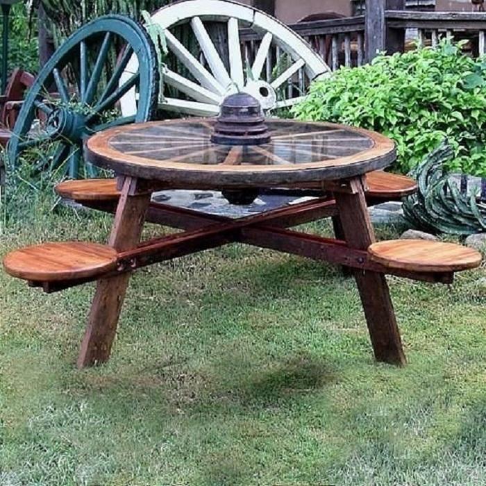 Одним из удачных вариантов оформления территории около дома является размещение там деревянной садовой мебели.