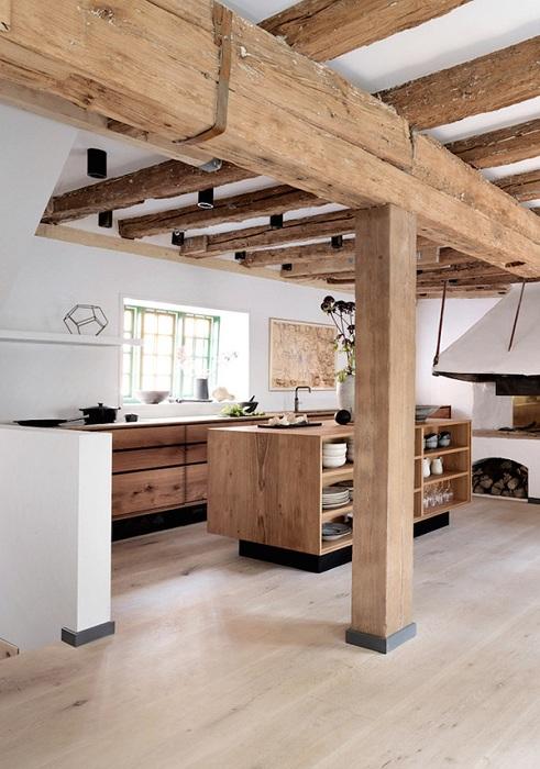 Деревянные балки использовались в дизайне кухни и создали прекрасную и интересную атмосферу в комнате для принятия пищи.